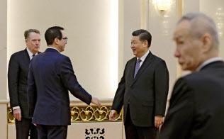 米交渉団メンバーらと言葉を交わす習近平国家主席(15日、北京)=ロイター