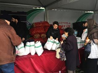 市営販売所はスーパーの半額で野菜を販売する(13日、イスタンブール)