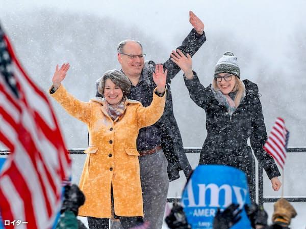 2020年の米大統領選に向け、民主党では左派系の立候補が相次いでいるが、クロブシャー上院議員(左)のような穏健派が支持を集める可能性もある=ロイター