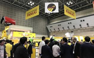 中国などの需要減少が業績に逆風となっている(都内で開いた展示会)