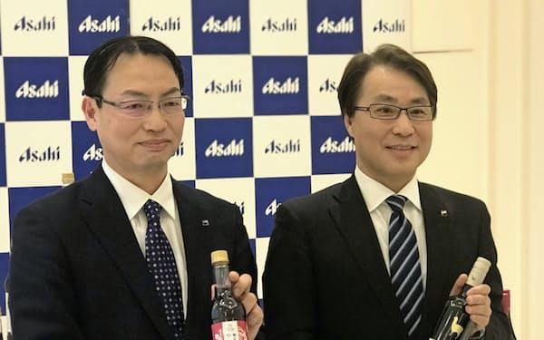 北海道余市町でのブドウ畑の農地取得を発表したアサヒビールの松山一雄専務(右)