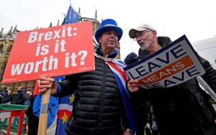 英国会議事堂前で抗議するEU離脱賛成派(右)と反対派=ロイター