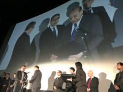 シナリオコンクールの入賞者を表彰(実行委員長を務めるさぬき映画祭)