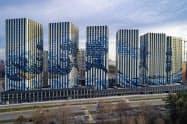 モスクワ南部に建設された葛飾北斎の浮世絵「富嶽三十六景 神奈川沖浪裏」が壁面に描かれた高層集合住宅(2018年秋に撮影、エタロン・グループ提供)=共同