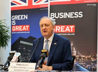 19日、香港で記者会見するロンドン金融市長のピーター・エストリン氏