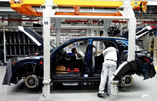 自動車生産などの減少が貿易の縮小につながっている=ロイター