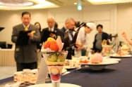 ずらりと並んだ創作パフェを前に採点する審査員(19日、岡山市)