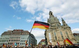 「西欧のイスラム化に反対する欧州愛国主義者」(ペギーダ)の支持者たちは2018年10月、反イスラムを訴えてドイツのドレスデンでデモをした=ロイター