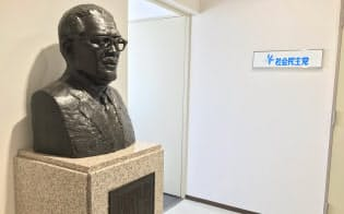 現在の社民党本部の5階エレベーターホールに浅沼稲次郎氏の胸像が立つ