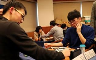 世界学生囲碁王座戦で優勝した韓国の白雲起さん(右)(20日、東京都中央区)