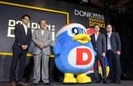バンコクの「ドンドンドンキ」の開業会見に出席したパン・パシフィック・インターナショナルホールディングスの安田隆夫創業会長兼最高顧問(左から2番目、20日、バンコク)