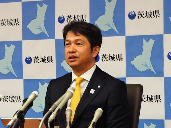 2019年度予算案を発表する茨城県の大井川和彦知事(20日、茨城県庁)