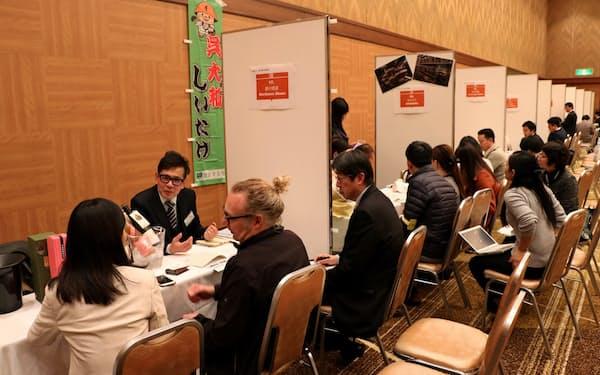 「食品・酒類バイヤー招へい商談会in広島」では中国地方の酒蔵や食品加工業者など64社が参加した(20日、広島市)