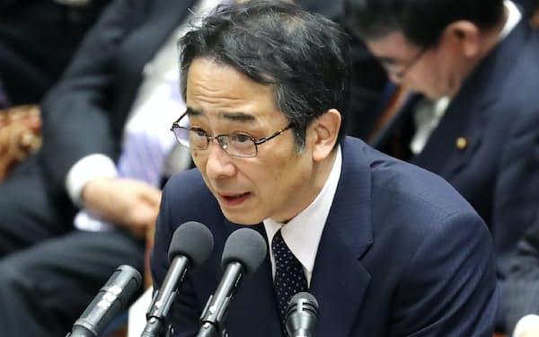 衆院予算委で答弁する中江前首相秘書官(20日)
