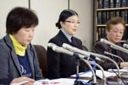 判決後、記者会見する原告(左2人)ら(20日午後)=共同