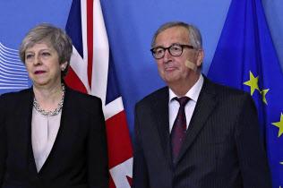EU離脱を巡り会談に臨むメイ英首相(左)とユンケル欧州委員長(20日、ブリュッセル)=AP