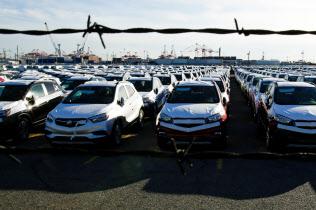米ニュージャージー州の港に並ぶ輸入自動車=ロイター
