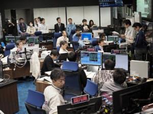 はやぶさ2の降下を控えた管制室(21日午前6時半ごろ、神奈川県相模原市のJAXA)=JAXA提供