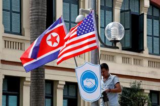 米朝首脳会談を前にベトナムでは両国の国旗が飾られ始めた(19日、ハノイ)=ロイター