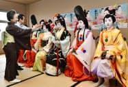 祇園甲部の歌舞練場で行われた「都をどり」の衣装合わせ(21日午前、京都市)=共同