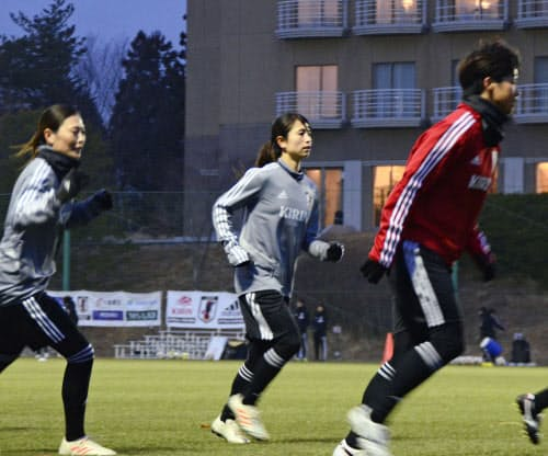 20日、福島県のサッカー施設Jヴィレッジで始まった「なでしこジャパン」の強化合宿で練習する鮫島彩選手(中央)ら=共同