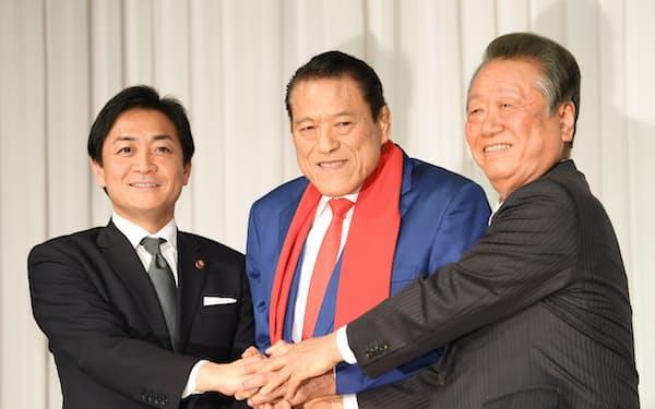 国民民主党会派入りを表明し、国民民主党の玉木雄一郎代表(左)、自由党の小沢一郎共同代表(右)と握手するアントニオ猪木参院議員(21日午後、東京都千代田区)