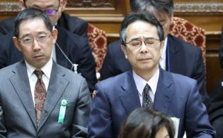 衆院予算委で質問を聞く中江前首相秘書官(右)(21日)