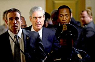 モラー特別検察官(中央)は2017年5月からロシア疑惑の捜査を進めてきた=ロイター