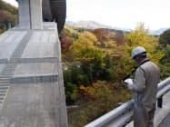 三井住友建設が日本コンピュータシステムと開発した「Maplet SM」で橋梁を点検する様子