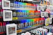 ボールペンなどでも商品ごとに電子棚札がついている