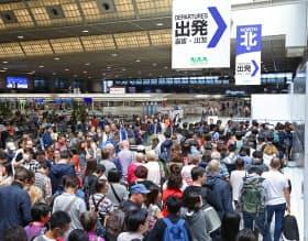 大型連休が始めると成田空港の出発ロビーは海外に向かう人たちで混み合う(2018年4月)
