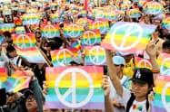同性婚の合法化推進を訴える人々(18年11月、台南・高雄)=ロイター