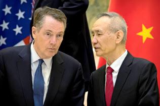 ライトハイザーUSTR代表(左)と劉鶴・中国副首相は、貿易問題を巡り詰めの協議に入る=ロイター