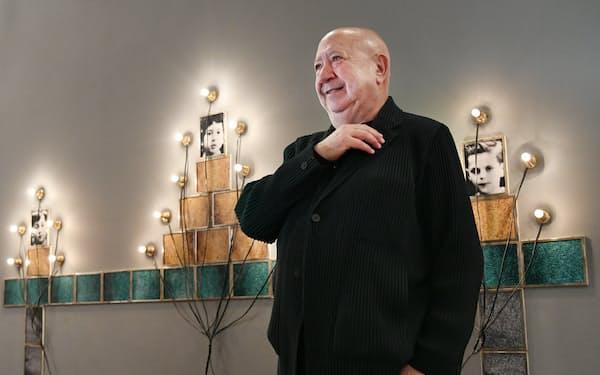 出世作「モニュメント」の前で展覧会を説明するクリスチャン・ボルタンスキー(大阪・中之島の国立国際美術館)