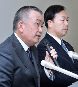 ヤマトホールディングスの社長に就任するヤマト運輸の長尾裕社長(左)とヤマトホールディングス次期会長の山内雅喜社長(21日午後、東証)