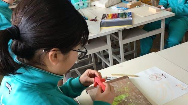 さいたま市、芸術祭に向け学校で矢印アート制作