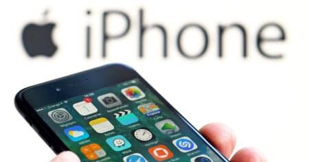アップルは独自のクレジットカードを発行し、iPhoneの「ウォレット」にカード残高管理や支払い上限設定ができる新機能を追加する=ロイター