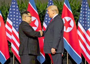 協議では米朝間で隔たりのある「非核化」の定義を巡っても話し合う(写真は2018年6月、シンガポールでの初回会談)=ロイター
