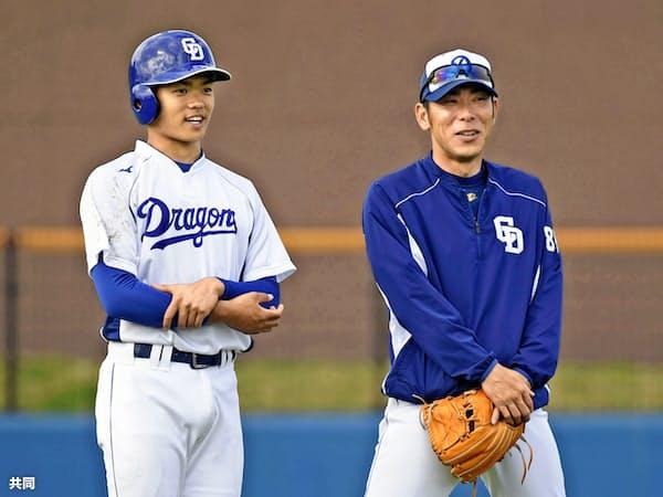 練習の合間に荒木2軍内野守備走塁コーチ(右)と話す中日・根尾。過度な期待は本人にも重荷になる=共同