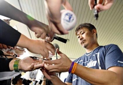 集まったファンにサインする中日・松坂。その集客力はなお「怪物」級だったが…=共同