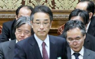 衆院予算委で答弁に臨む中江前首相秘書官(中)。後方は厚労省の姉崎元統計情報部長(右)と大西前政策統括官(22日午前)