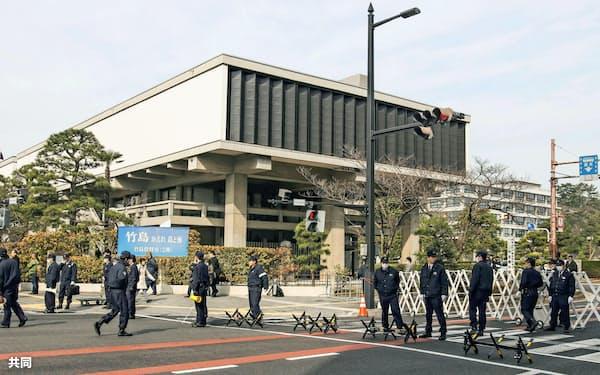 島根県の竹島資料室周辺を警備する警察官ら(22日午前、松江市)=共同
