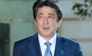 通算在職日数で歴代4位となり、記者の質問に答える安倍首相(22日、首相官邸)