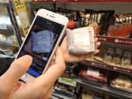 自分で商品のバーコードを読み込み、その場で決済できる(22日、福岡市)