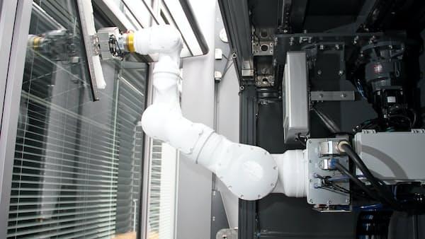 超高層ビルの外窓、ロボが自在に清掃 三菱地所が実験