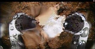 2号機内部でデブリとみられる堆積物をつかんで持ち上げることに成功(東電が公開した動画から)