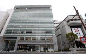 ハヤテは東証隣のビル(左)の2階にオフィスを構える