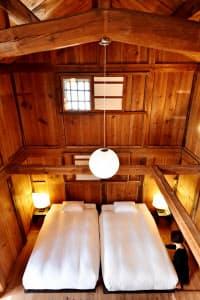 蔵を改装したホテルの客室