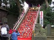 愛宕神社の大雛壇飾りは300体の人形が並ぶ