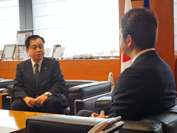 茨城県の大井川知事(右)に東海第2原発再稼働の意向を伝える原電の村松社長(22日、茨城県庁)